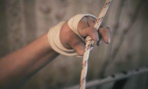 Пользоваться своим вертикализатором Серику помогают узлы на канатах. Если поражение суставов пальцев продолжится, Серикк не сможет пользоваться вертикализатором